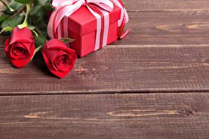 Обои Розы Доски Двое Красный Подарки Цветы