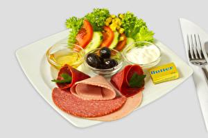 Картинка Колбаса Овощи Оливки Тарелка Масла Еда