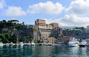Картинки Сорренто Италия Дома Причалы Яхта Скала