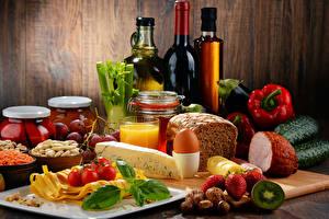 Картинка Натюрморт Вино Овощи Хлеб Сыры Сок Клубника Орехи Ветчина Бутылки Яйцо Пища