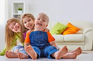 Фотография Три Девочки Мальчики Улыбка Пятка Дети