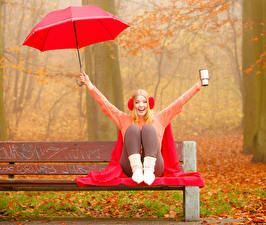 Картинка Осень Блондинки В наушниках Зонт Свитере Сидящие Улыбка Скамейка Девушки
