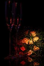 Обои Букет Роза На черном фоне Бокал 2 цветок