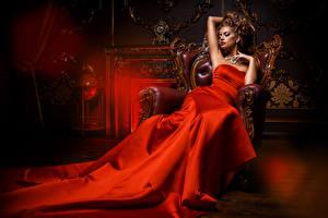 Фотографии Шатенка Платье Кресло Красная Дорогие молодая женщина