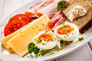 Картинка Сыры Колбаса Хлеб Овощи Завтрак Яйца Продукты питания