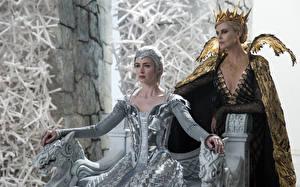 Фотографии Корона Charlize Theron Emily Blunt Белоснежка и охотник 2 War Freya, Ravenna Кино Знаменитости Девушки