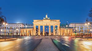 Картинки Германия Берлин Дома Вечер Дороги Уличные фонари Ворота Brandenburg Gate Города