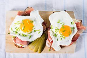 Картинка Ветчина Огурцы Бутерброды Разделочная доска Яичница 2 Завтрак Еда
