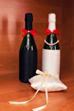 Картинки Праздники Игристое вино Свадьба Бутылка 2 Подушки Кольцо Бантик Продукты питания