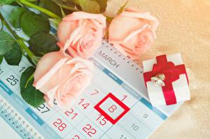 Картинка Праздники 8 марта Розы Календарь Трое 3 Подарки Цветы