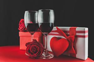 Обои Праздники Вино Розы Черный фон Бокалы Две Подарки Серце Красный Еда