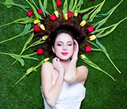 Картинка Международный женский день Тюльпаны Волосы Руки Девушки