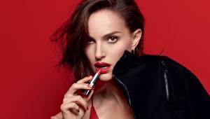 Картинки Natalie Portman Взгляд Модель Красный фон Rouge Dior Девушки