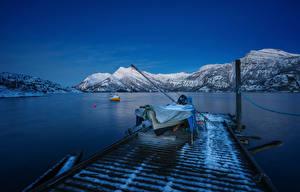 Фотографии Норвегия Лофотенские острова Горы Пирсы Лодки Вечер Залив Природа