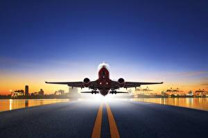 Фотография Самолеты Пассажирские Самолеты Вечер Летящий Асфальт Взлет