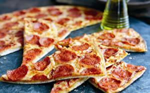 Фотографии Пицца Колбаса Крупным планом Кусок Еда