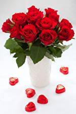 Картинки Розы Конфеты Белый фон Ваза Красный Сердце Цветы