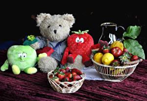 Картинки Натюрморт Фрукты Клубника Лимоны Мишки Игрушки Еда
