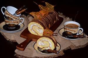Картинка Сладкая еда Рулет Кофе На черном фоне Разделочной доске Чашке