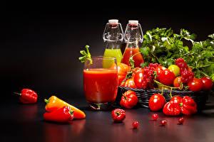 Фотографии Помидоры Перец Сок Смородина На черном фоне Стакан Бутылки Еда