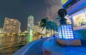 Фотографии Штаты Здания Речка Небоскребы Майами Флорида Пальма Ночные