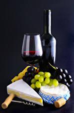 Фотографии Вино Виноград Сыры Черный фон Бокалы Бутылки Еда