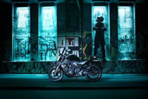 Фото Yamaha Сбоку Мотоциклист Шлем Униформа 2016-17 MT-03 Мотоциклы