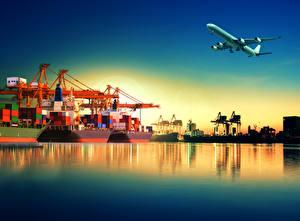 Обои Самолеты Причалы Корабли Вечер Контейнеровоз Полет Взлет Авиация картинки