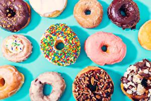 Картинки Выпечка Пончики Крупным планом Цветной фон Еда