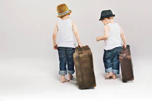 Обои Мальчики 2 Чемодан Шляпа Майка Джинсы Белый фон Дети