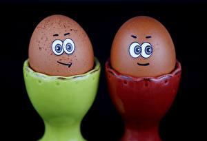 Фото Оригинальные Смайлы Черный поле Яйца Вдвоем Дизайн Еда