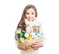 Фото Пасха Альстрёмерия Белый фон Девочки Улыбка Корзинка Яйца Дети