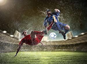 Фото Футбол Мужчины Мяч Брызги 2 Ноги Стадион Спорт