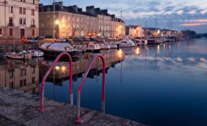Картинка Франция Дома Реки Причалы Яхта Вечер Уличные фонари Redon Brittany