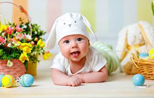 Картинки Праздники Пасха Яйца Младенцы Шапки Улыбка Язык (анатомия) Дети