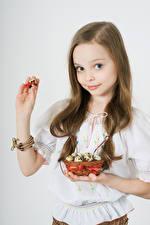 Фотография Праздники Пасха Яйца Девочки Шатенка Корзинка Руки Дети