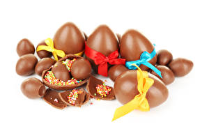 Фото Праздники Пасха Сладости Шоколад Белый фон Яйца Бантик Еда