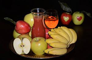 Картинка Сок Бананы Яблоки Вино Черный фон Бокалы Продукты питания