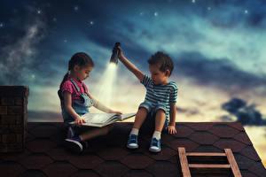 Картинка Девочки Мальчики Двое Ночь Книга Фонарь Крыша Дети