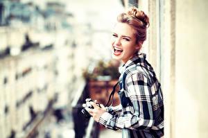 Картинка Улыбка Смех Фотоаппарат Рубашка Фотограф Lods Franck Девушки