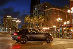 Фотография Мазда Дома Сбоку Уличные фонари Ночь Пальмы 2017 MX-5 Miata RF Автомобили Города