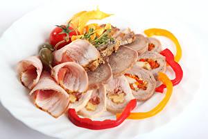 Фото Мясные продукты Ветчина Овощи Белый фон Нарезанные продукты Еда