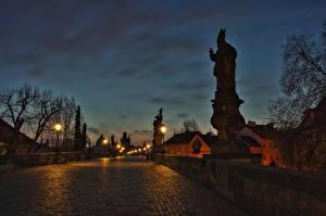 Фото Прага Чехия Дома Мосты Скульптуры Ночь Уличные фонари Города