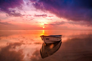 Картинка Пейзаж Речка Рассветы и закаты Лодки Небо Горизонт Природа