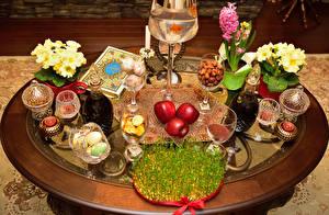 Картинки Вино Яблоки Первоцвет Пасха Свечи Бокалы Яйца Кувшин Книга Трава Пища