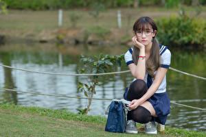 Фотография Азиаты Гольф Очки Сидит Школьницы Красивые Милые Девушки