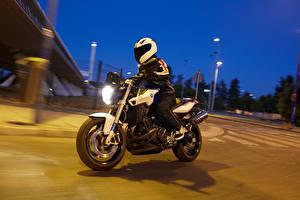 Фотография BMW - Мотоциклы Вечер Мотоциклист Шлем Движение 2014-16 F 800 R Мотоциклы