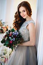 Обои Букеты Шатенка Платье Улыбка Девушки