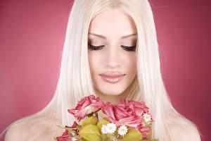 Фото Букеты Розы Цветной фон Блондинка Лицо Девушки