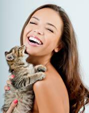 Картинки Кошки Шатенка Улыбка Лицо Котята Радость Девушки